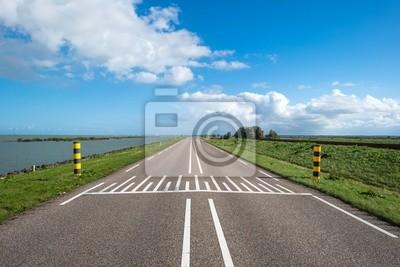 Droga na grobli wzdłuż jeziora