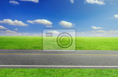 Drogowego i pochmurne niebo i trawa zielona