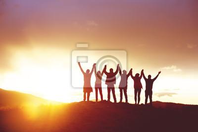 Fototapeta Duża grupa szczęśliwych ludzi sylwetki sukces podniósł ręce