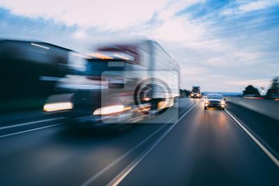 Fototapeta Duży transport 18-kołowych pojazdów ciężarowych z rozmyciem ruchu