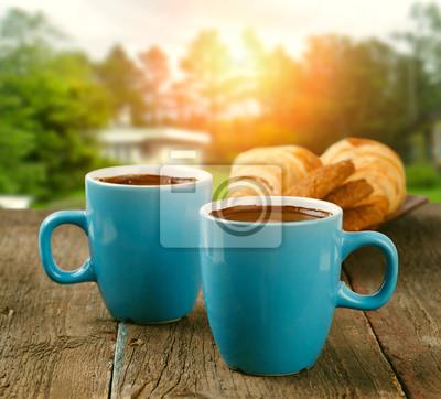 dwie filiżanki kawy w ogrodzie rano