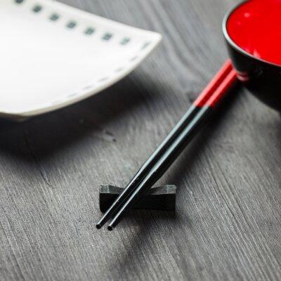 Fototapeta Dwie pałeczki na tle mat sushi