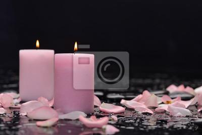 Dwie róży, płatki ze świecą i terapia kamieniami czarnym tle