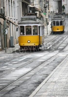 Fototapeta Dwie stare żółte tramwaje w ulicy z Lizbony
