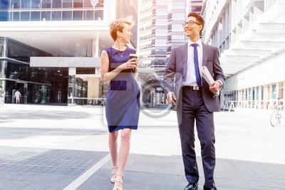 Fototapeta Dwóch kolegów pieszo razem w mieście