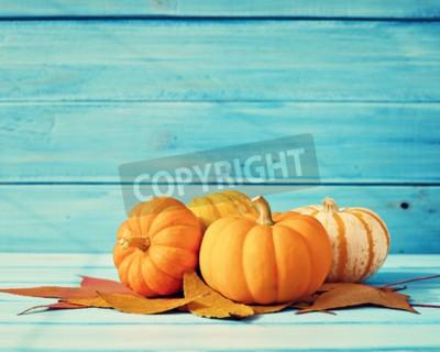 Fototapeta Dynie i jesieni leafs nad turkusowym drewna