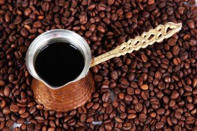 Fototapeta Dzbanek do kawy na tle ziaren kawy