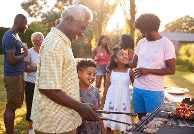 Fototapeta Dziadek i wnuk grillujący przy rodzinnym grillu