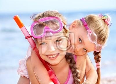 Dzieci bawiące się na plaży.
