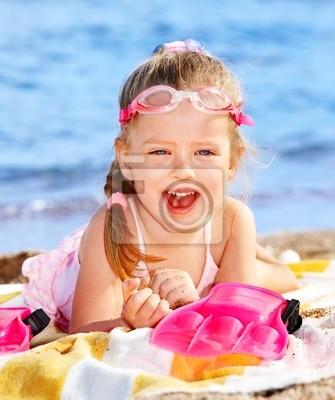 Dzieci bawiące się na plaży .