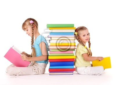 Dzieci czytanie stosie książki. Samodzielnie.