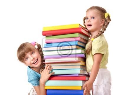 Dzieci gospodarstwa stosie książki.