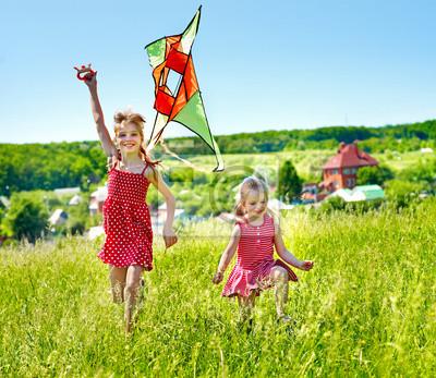 Dzieci latania latawca na zewnątrz.