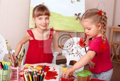Dzieci malowanie w klasie sztuki.