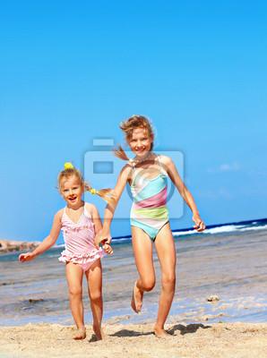 Dzieci trzymając się za ręce uruchomionych na plaży .