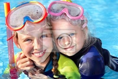 Dzieci w basenie nurkowanie pływanie nauczania.