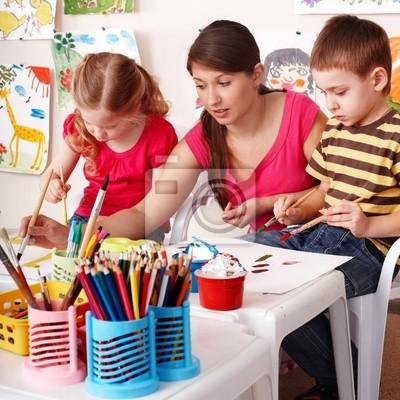 Dzieci z nauczycielem narysować malowania w pokoju gry . Przedszkole .