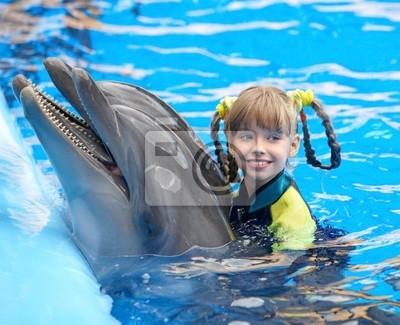 Dziecka i delfinów w niebieskim wody.