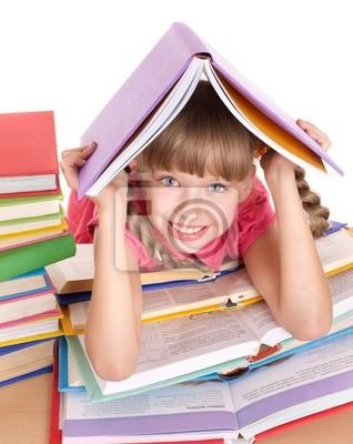 Dziecko czytania otworzyć książkę na stole.
