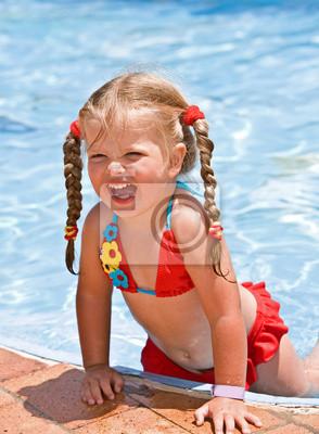 Dziecko Dziewczyna w czerwonym bikini w pobliżu niebieskiego basenu.