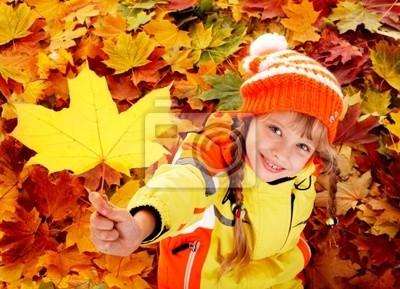 Dziecko w jesiennej pomarańczy pozostawia .