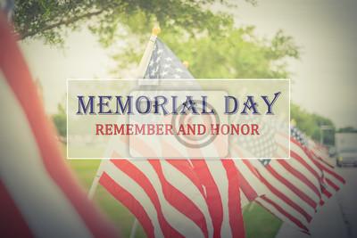 Fototapeta Dzień Pamięci Tekst i Honor na długim rzędzie trawnika w tle flagi amerykańskiej. Zielona trawa stoczni USA flagi wieje na wietrze. Pojęcie dnia pamięci lub weterana dzień w Ameryka.