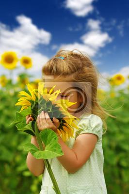 dziewczyna i słonecznik na polu