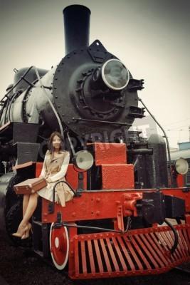 Fototapeta Dziewczyna jedzie do rocznika pociągu