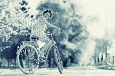 Fototapeta Dziewczyna na rowerze wiosenny poranek