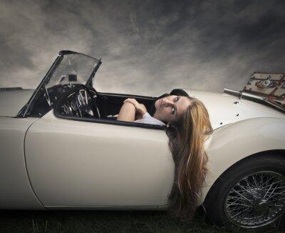 Fototapeta Dziewczyna podróży w eleganckim samochodzie