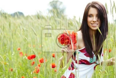 Fototapeta dziewczyna pracuje w polu mak