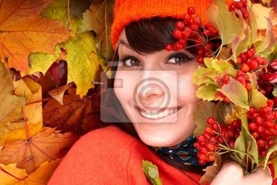 Dziewczyna w kapeluszu pomarańczowy jesieni na group.Outdoor liści.