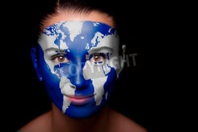 Fototapeta Dziewczyna z malowane mapy świata na twarzy.