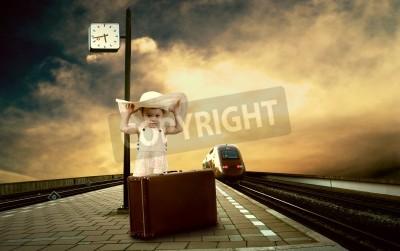 Fototapeta Dziewczynka siedzi na zabytkowe bagażu na platformie pociągu z dworca kolejowego
