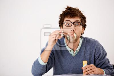 Dziki człowiek zabawy dmuchanie baniek mydlanych przy stole