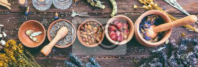 Fototapeta Dzikich ziół Różny zgromadzenie Leczniczy Alternatywnego traktowania Drewnianego tła rocznika Wiejski styl wiejski