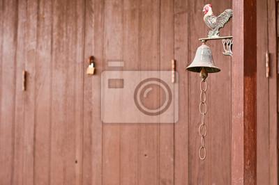 Dzwon w przedniej części domu