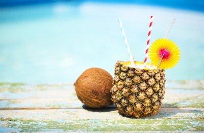 Fototapeta Egzotyczne koktajle ananasa w pobliżu basenu. Pina colada