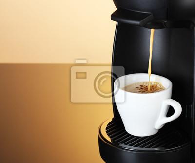 Ekspres do kawy nalewania kawy w filiżance na brązowym tle