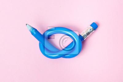 Fototapeta Elastyczny ołówek na różowym tle. Wygięte ołówki. Elastyczna koncepcja biznesowa.