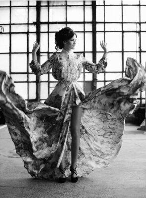 Fototapeta elegancja kobieta z Sukienka latania w pokoju pałacu