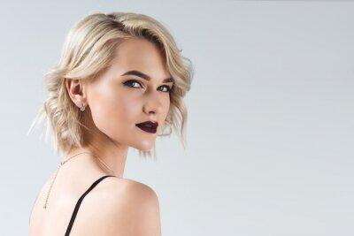 Fototapeta elegancka blondynka pozuje do sesji mody, na szarym tle