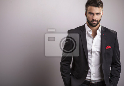 Fototapeta Elegancki młody przystojny mężczyzna. Portret studyjny mody.
