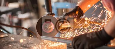 Fototapeta Elektryczne szlifowanie kół na konstrukcji stalowej w fabryce