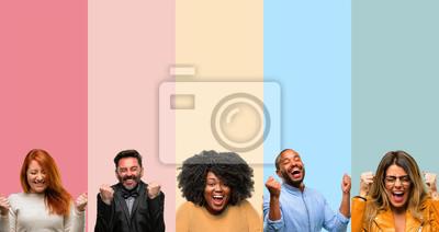 Fototapeta Fajna grupa ludzi, kobieta i mężczyzna szczęśliwy i zdziwiony doping wyrażając wow gest