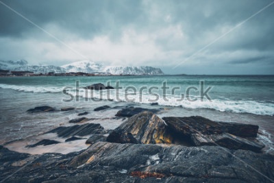 Fototapeta Fala Norweski morze na skalistej plaży fjord. Ramberg plaża, Lofoten wyspy, Norwegia