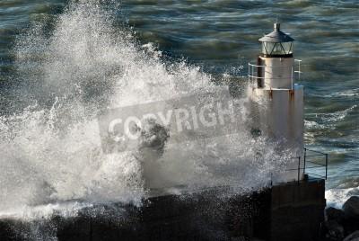 Fototapeta Fale zerwania z latarni morskiej w Włoszech