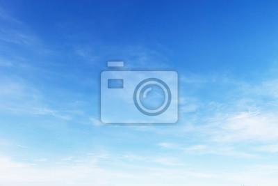 Fototapeta Fantastyczne miękkie białe chmury z błękitnego nieba