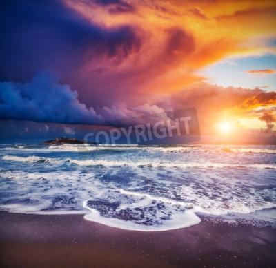 Fototapeta Fantastyczny widok na Isola delle Correnti. Usytuowany na przylądku Passero. Dramatyczna scena ranka. Ciemne niebo zachmurzone w Sicilia, Włochy