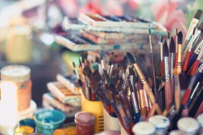 Fototapeta Farb muśnięcia i akwareli farby na stole w warsztacie, selekcyjna ostrość, zamykają up.